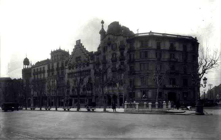 Aspecto del acceso a la estación Aragón, situado en el andén peatonal correspondiente a los números impares del Paseo de Gracia. Fuente: Fondo Casas i Galobardes.