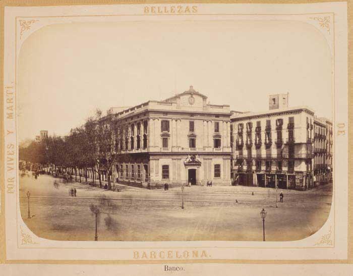 Antigua sucursal del Banco de España, situada en el número 3 de la plaza del Portal de la Paz, frente al monumento a Colón. Fuente: Postal.