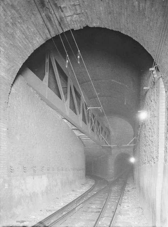 Sala de la Bifurcación desde la vía 1 (descendente). Se observa casi en su totalidad la viga tipo Pratt que soporta la solera correspondiente a las vías convergentes del nivel superior. Fuente: Archivo Brangulí.