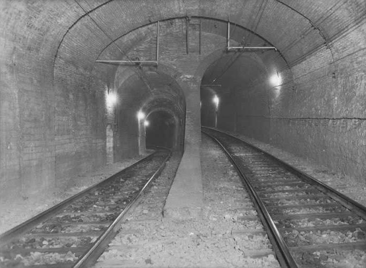 Transición de túnel tipo para vía doble a dos túneles para vía sencilla. A la derecha la vía 2 (ascendente) ganando altura para llegar a la Sala de la Bifurcación. A la izquierda la vía 1 (descendente). Fuente: Archivo Brangulí.