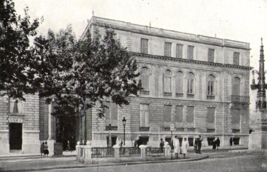 Acceso a la estación Diagonal, frente a la fachada principal del Palau Robert. Fuente: Archivo Alex Reyes.