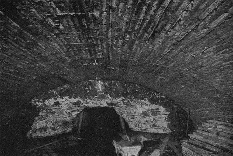 Los cimientos de la contra escarpa de la muralla de Canaletas, de dos metros de grosor, bloqueando el paso del túnel hacia Las Ramblas.   Fuente: Archivo Alex Reyes.