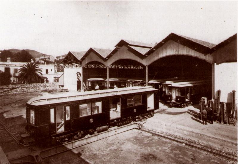 Aspecto del edificio de cocheras al poco tiempo de ser inaugurado, con la práctica totalidad de los 20 coches que iniciaron el servicio. Fotografía: Archivo TMB.