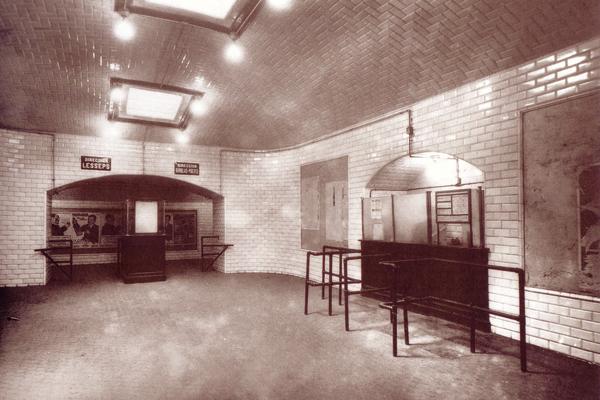 Vestíbulo de la estación Diagonal en estado de origen, a la derecha el despacho de billetes, al fondo el corredor distribuidor y el control de salida. En el techo dos de los tres lucernarios del vestíbulo.