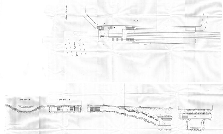 """Estación """"Urquinaona"""" en el replanteo de agosto de 1921. Corresponde a la estación Tipo con andenes de 3 metros, convomitorios de acceso en tan solo el piñon lado """"Aragón"""" abiertos en sendos planos verticales oblicuos al piñón (45º) para ganaramplitud en las galerias y escaleras. Consta de dos accesos desde la calle, ambos en la misma orilla de la Vía Layetana lado Besósque conducen a un amplio vestíbulo de taquillasdesde el que se llega, mediante tres tramos de escaleras, a un corredor distribuidor que da acceso a los andenes.                 Fuente: AGA."""