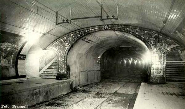 Piñón lado cocheras, en el que se observa el ensanchamiento telescópico de la bóveda para alojar los vomitorios. Fuente: Archivo Brangulí.