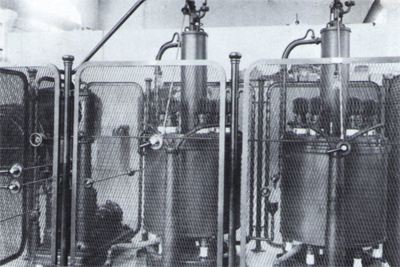 Detalle de los rectificadores de vapor de mercurio. Fotografía: Brangulí.