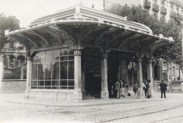 Aspecto del templete de acceso a la estación Lesseps tras las modificaciones impuestas por el Ayuntamiento en enero de 1926 Fuente: Archivo TMB.
