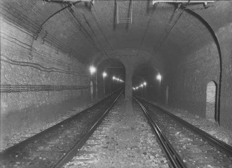 Transición de túnel para vía doble a dos túneles para vía sencilla. A la derecha la vía 1 (descendente) con sus cuatro carriles. A la izquierda la vía 2 (ascendente). Fuente: Archivo Brangulí.