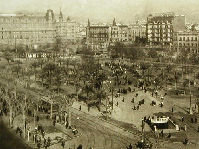 Aspecto del ángulo sur de la plaza Cataluña. Abajo, a la derecha, el acceso A a la estación. Fuente: Archivo Alex Reyes.