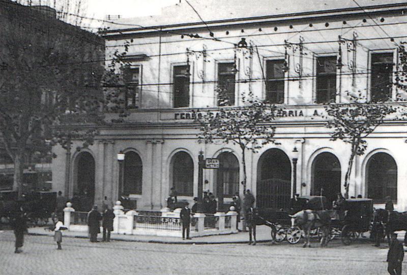 Aspecto del acceso B a la estación Cataluña, situado frente al edificio de viajeros del Ferrocarril de Sarriá. Fuente: Archivo Alex Reyes.
