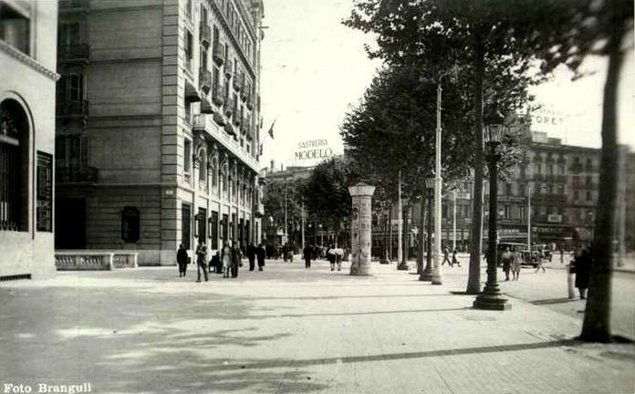 Parte baja de la plaza Cataluña, a la izquierda el inicio de la calle Rivadeneyra y el acceso C a la estación Cataluña. Fuente: Archivo Brangulí.
