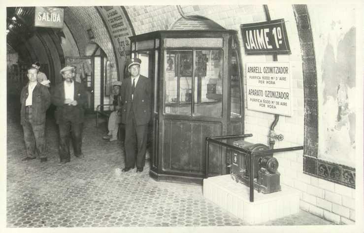 Aspecto de la estación Jaime I poco después de su inauguración. En primer plano la cabina del Jefe de Estación, pocos metros más allá el vomitorio que conduce al vestíbulo.. Foto: Archivo TMB.
