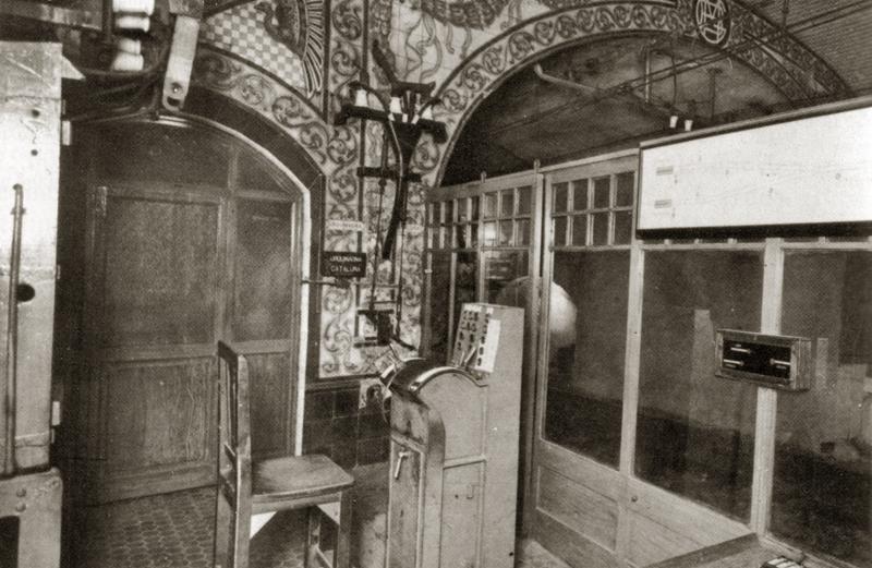 Piñón lado Cataluña, desde la cabina del señalista y guarda agujas, se observa la puerta que da acceso al cuarto eléctrico, y gran parte de la ornamentación. Fuente: Archivo TMB.
