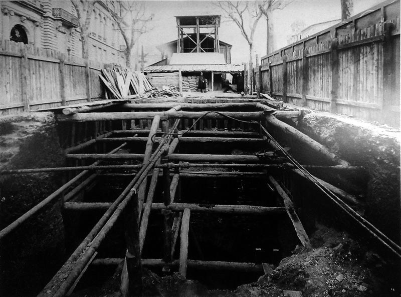 Aspecto del pozo número 7 situado en el Paseo de Gracia esquina Avenida Diagonal, junto al Palau Robert. Fuente: Archivo TMB.